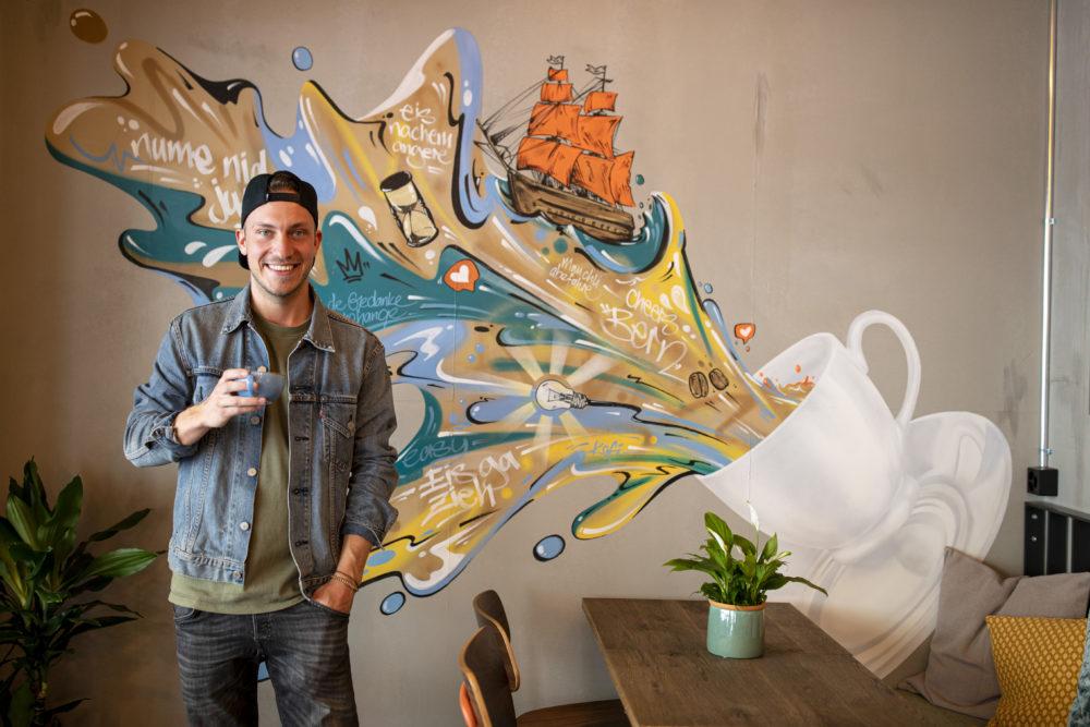 Micha Häni aka Vierwind gestaltete ein grossformatiges Wandbild, das Kaffee und Bern vereint.