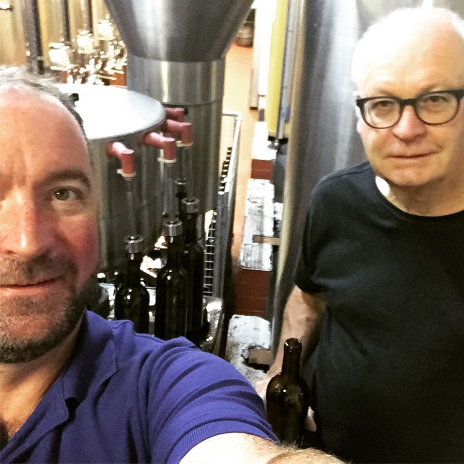 Der Schotte Jamie Jamie S. McCulloch (links) und der Walliser Jean-Jacques Grange (rechts) produzieren und verkaufen magischen Wein aus dem Wallis.