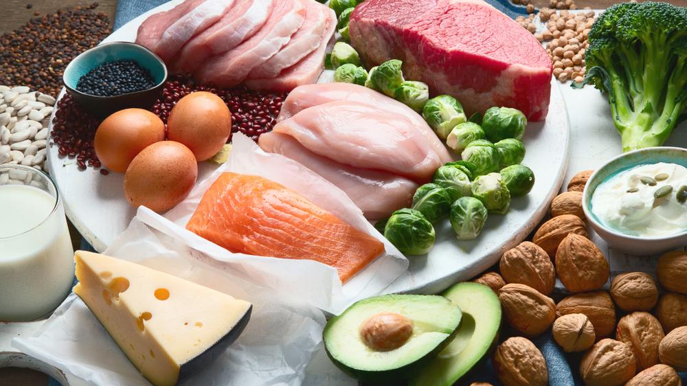 Lebensmittel mit pflanzlichen Fetten liegen auf einem Teller verteilt