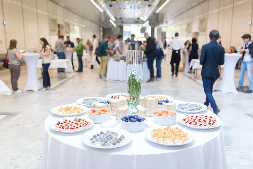 Kaffeepause bei der Konferenz mit Desserts für die Teilnehmer.