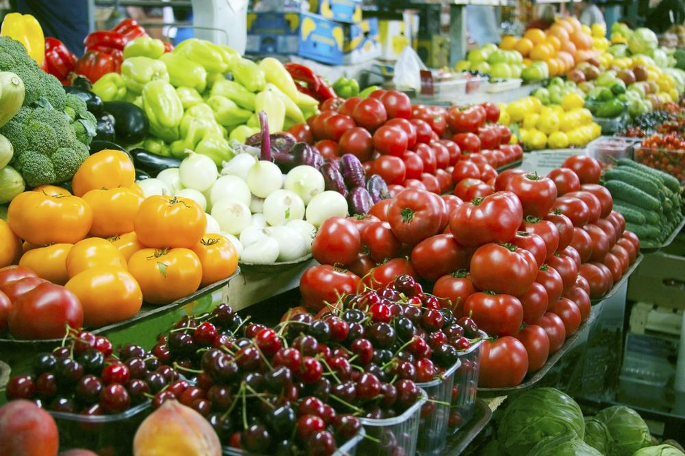 Frisches Gemüse und Obst auf dem Agrarmarkt der Landwirte
