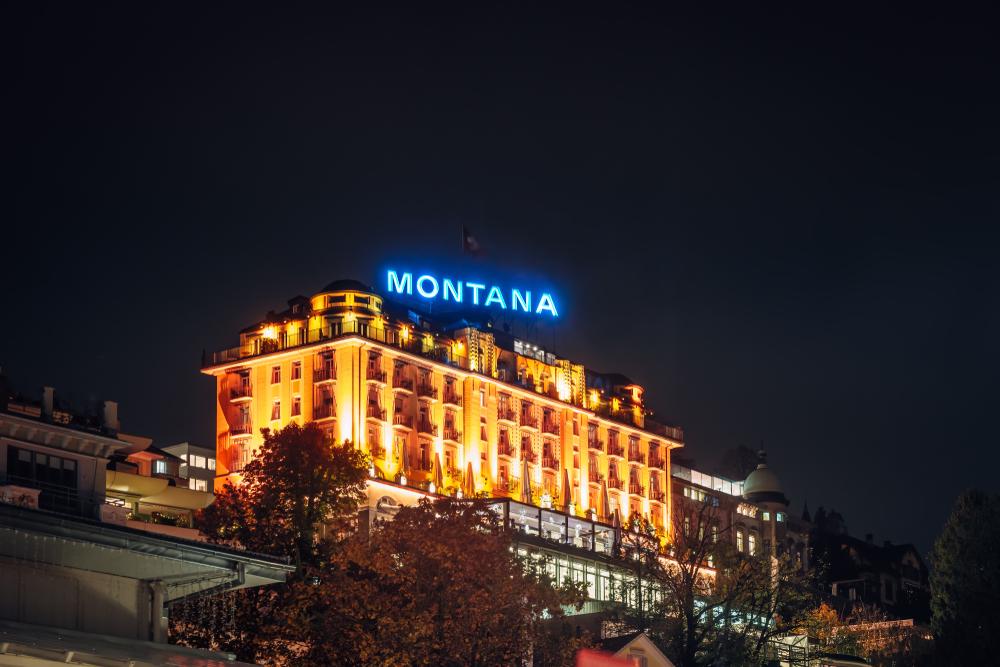 LUCERNE, SCHWEIZ - NOVEMBER 07, 2019: Nachtbeleuchtung des Kasinos und Hotels von Montana.