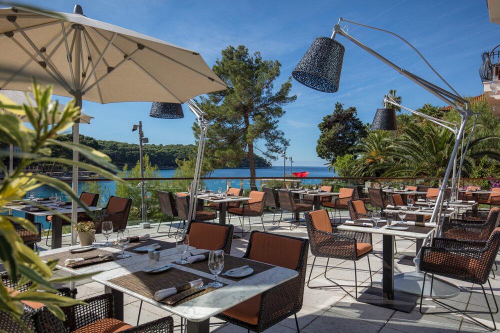 Die Terrasse des Restaurants Alfred Keller im Boutique Hotel Alhambra mit Blick auf die Cikat Bucht.